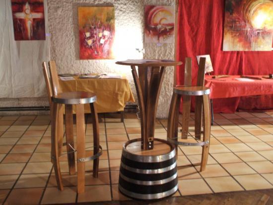 Mange debout et chaises de bar  300€